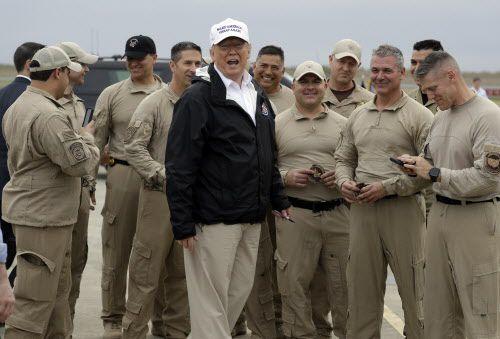 Trump junto a agentes de la Patrulla Fronteriza en McAllen. AP