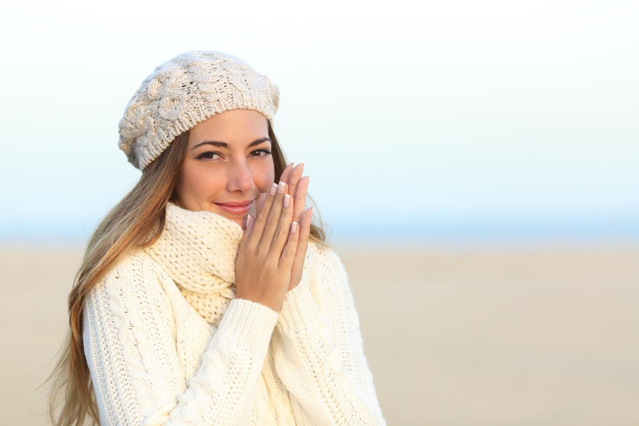 Una mujer se protege del frío durante el invierno.(GETTY IMAGES)