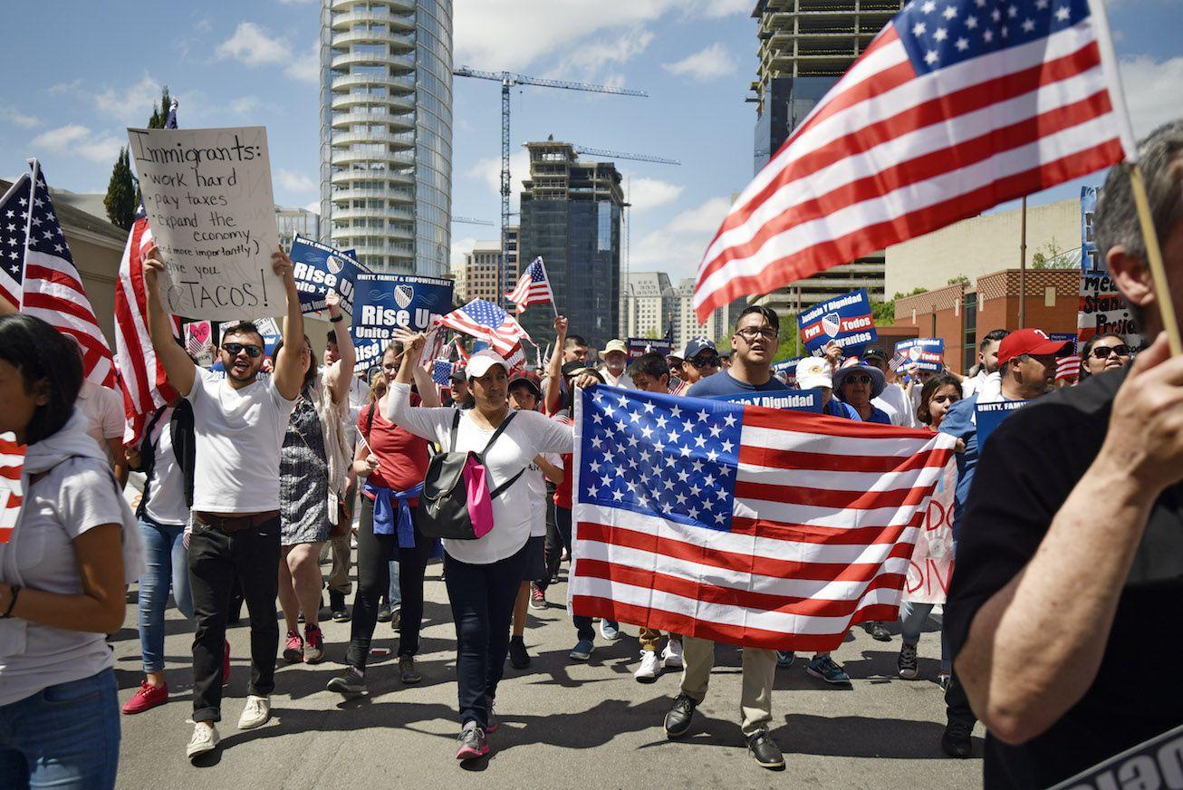 Miles de personas participaron en la marcha de protesta a medidas anti migratorias el i de mayo en el centro de Dallas.  (Ben Torres/Special Contributor)