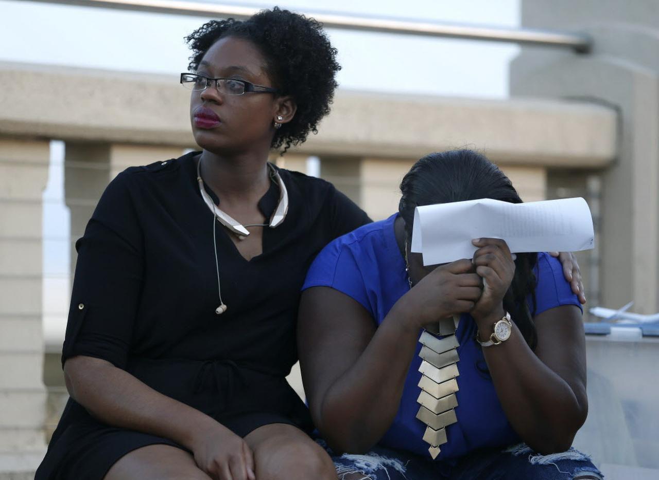 Breanna Breedlove (izq.) y su prima Matisha Ward, hija de Antoinette Brown, durante una vigilia para honrar a su madre, víctima de un ataque de perros callejeros. (DMN/ROSE BACA)
