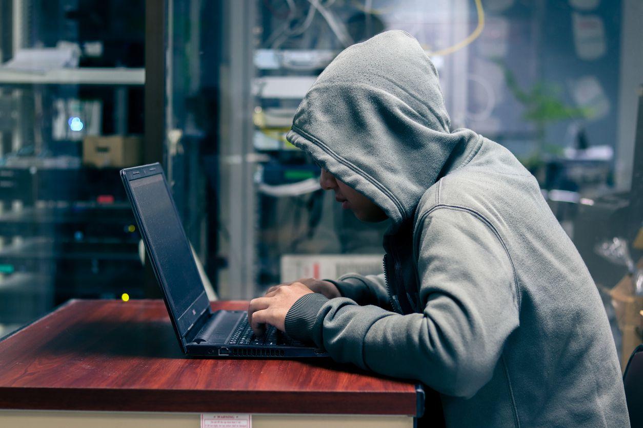 Una persona roba información en una computadora. iStock.
