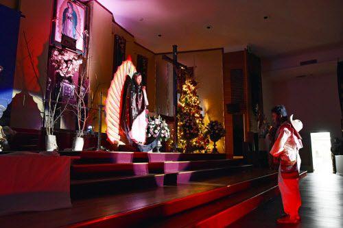 Cecilia Sánchez (izq.) interpret a la Virgen y Ricardo Valte interpreta a San Juan Diego en una de las ceremonias de la noche del lunes en la iglesia San Juan Diego en Dallas.