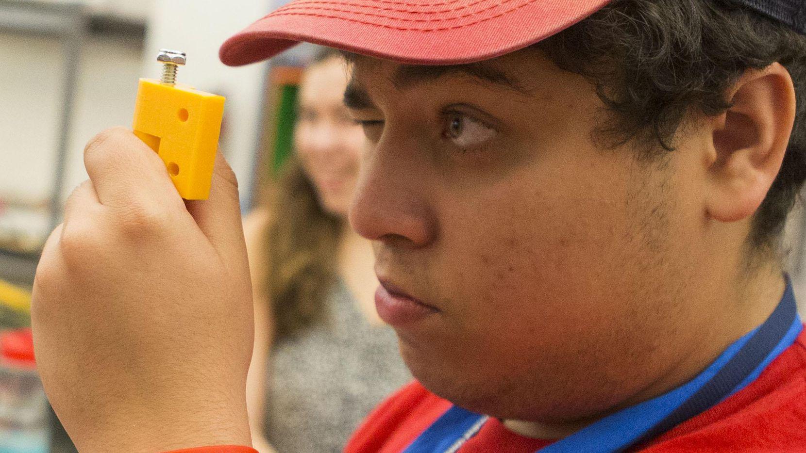 Joshua Reveles,  de 17 años,  participa en un campamento de ingeniería  organizado por SMU. (DMN/RYAN MICHALESKO)