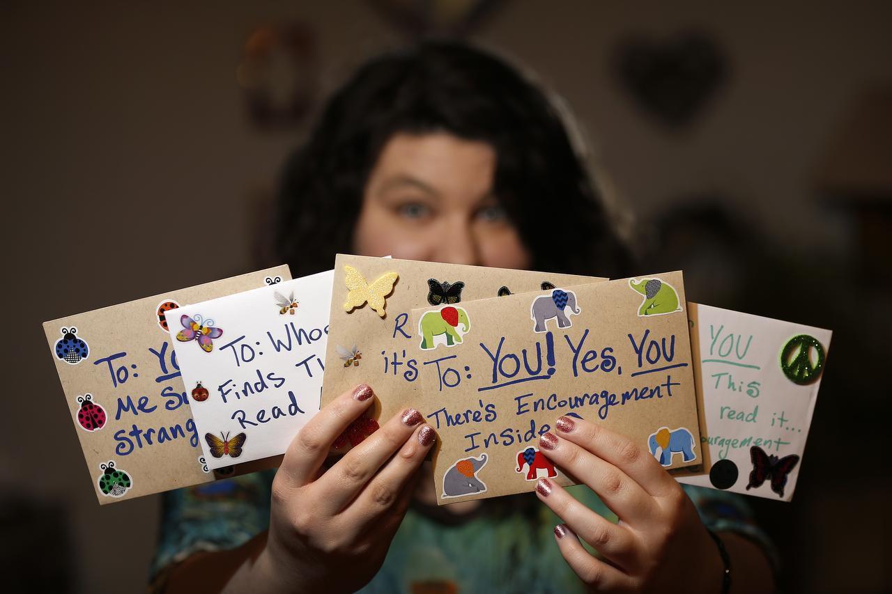 Angela Joy Bailey reparte alegría a través de cartas anónimas por todo el Norte de Texas. DMN