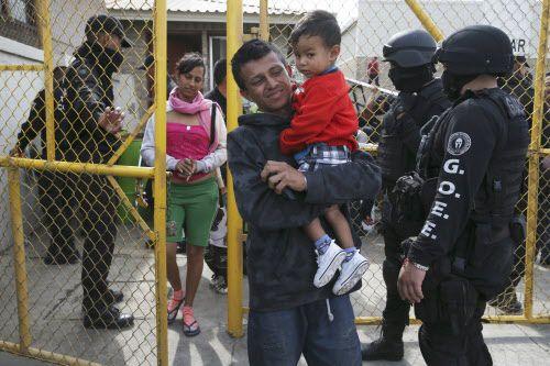 Una familia de centroamericana sale de un refugio en Piedras Negras. Más de 1,000 migrantes viajaron a la frontera con intenciones de buscar asilo en Estados Unidos. (Por JERRY LARA/AP)