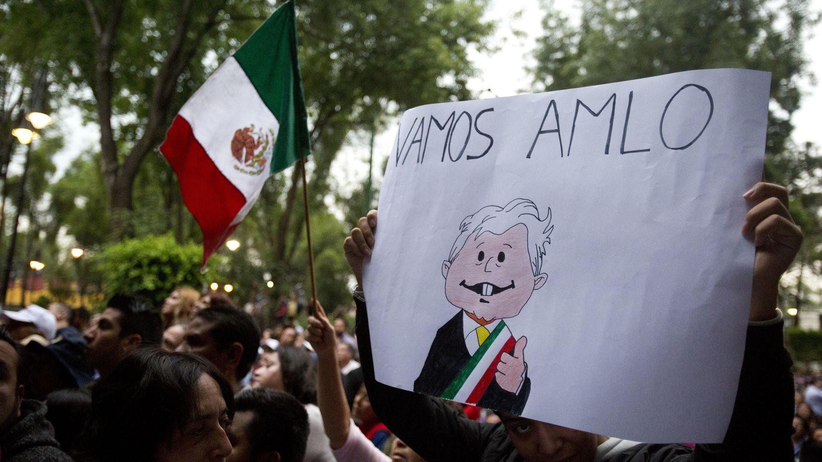 Un simpatizante de Andrés Manuel López Obrador porta una pancarta de apoyo a su candidato en un mitin en mayo en la Ciudad de México.(AP)