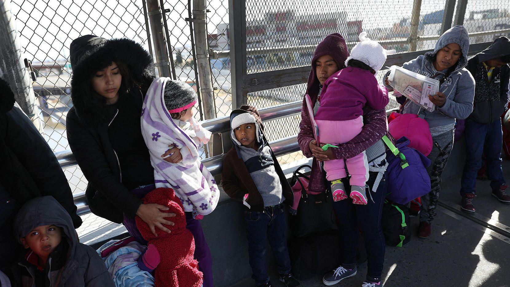Un grupo de migrantes de Honduras y Cuba esperan en un puente internacional enre Ciudad Juárez y El Paso, en espera de una cita para peticionar asilo migratorio en Estados Unidos. (Joe Raedle/Getty Images) (Getty Images/Joe Raedle)