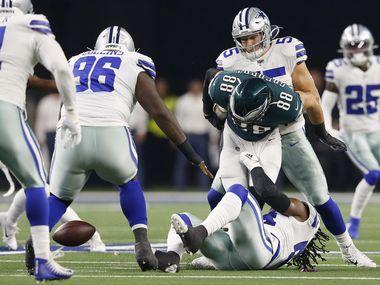 Los linieros de los Cowboys de Dallas Jaylon Smith (54) y Leighton Vander Esch (55) provocaron un balón perdido al taclear a Dallas Goedert (88) de los Eagles de Filadelfia.