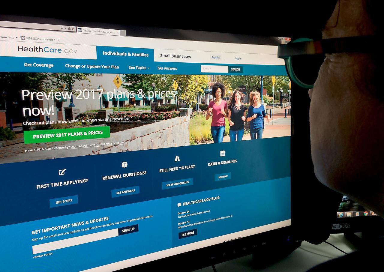 Una mujer visita la página healthcare.gov para ver los precios de las primas de seguros. (AFP/GETTY IMAGES/KAREN BLEIER)