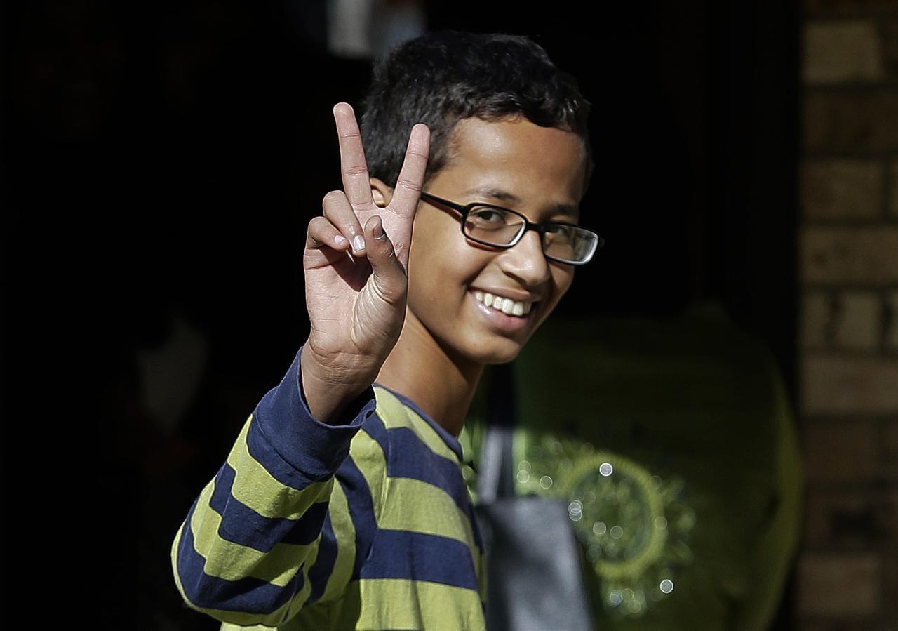 Ahmed Mohamed ha sido el centro de atención de organizaciones y escuelas luego de haber sido arrestado por llevar un reloj que inventó a la preparatoria en Irving. (AP/LM OTERO)