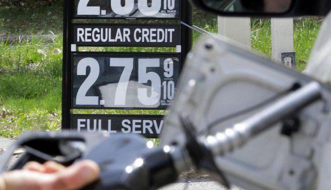 Los precios de la gasolina han permitido a los estadounidenses ahorrar dinero. (AP/ELISE ARMENDOLA)