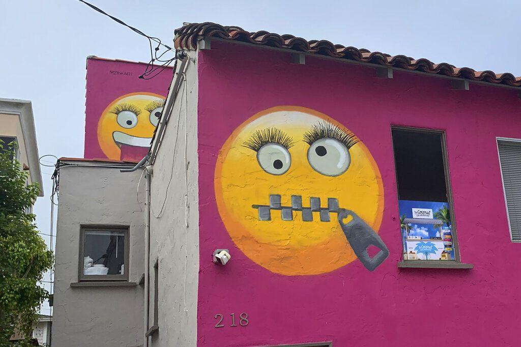 Fotografía de una casa con emojis pintados en Manhattan Beach, California, el miércoles 7 de agosto de 2019. (AP Foto/Natalie Rice)