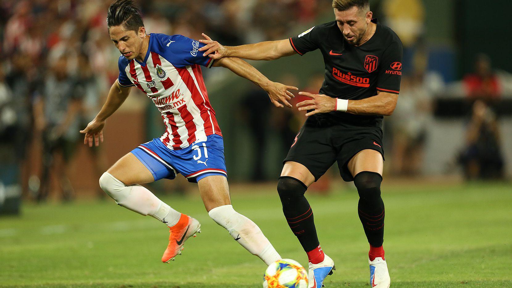 Héctor Herrera y el Atlético de Madrid se enfrentaron a las Chivas el martes por la noche en Arlington por la International Champions Cup