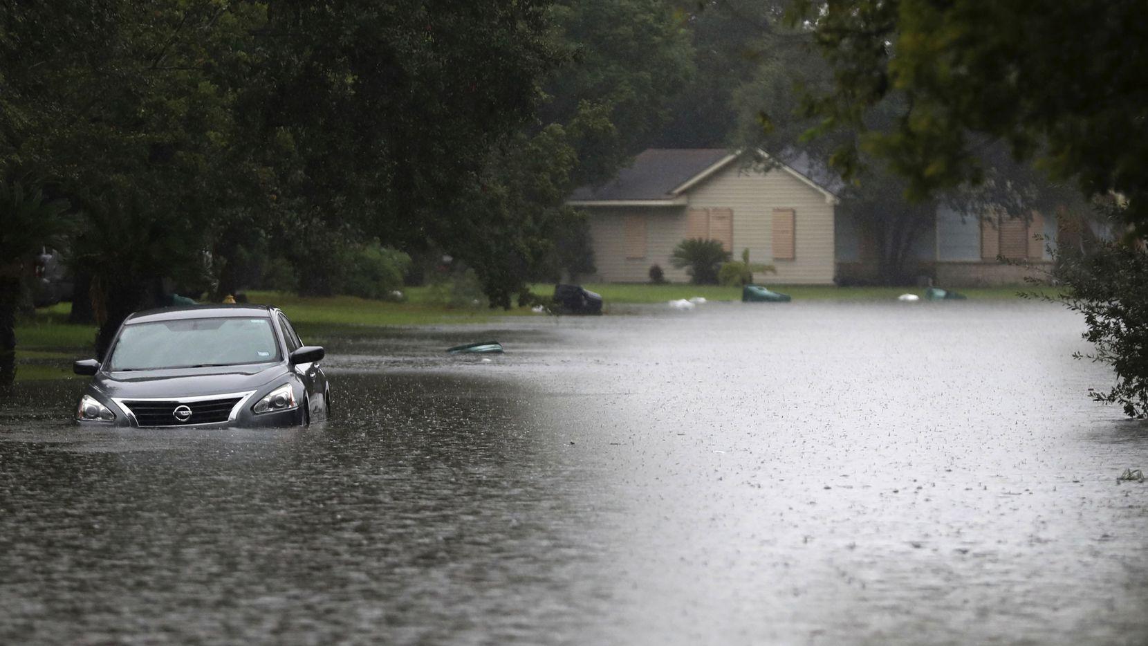 En La Marque, cerca de Houston, se produjeron indundaciones el martes por las lluvias. Un depresión tropical traerá más lluvias. AP