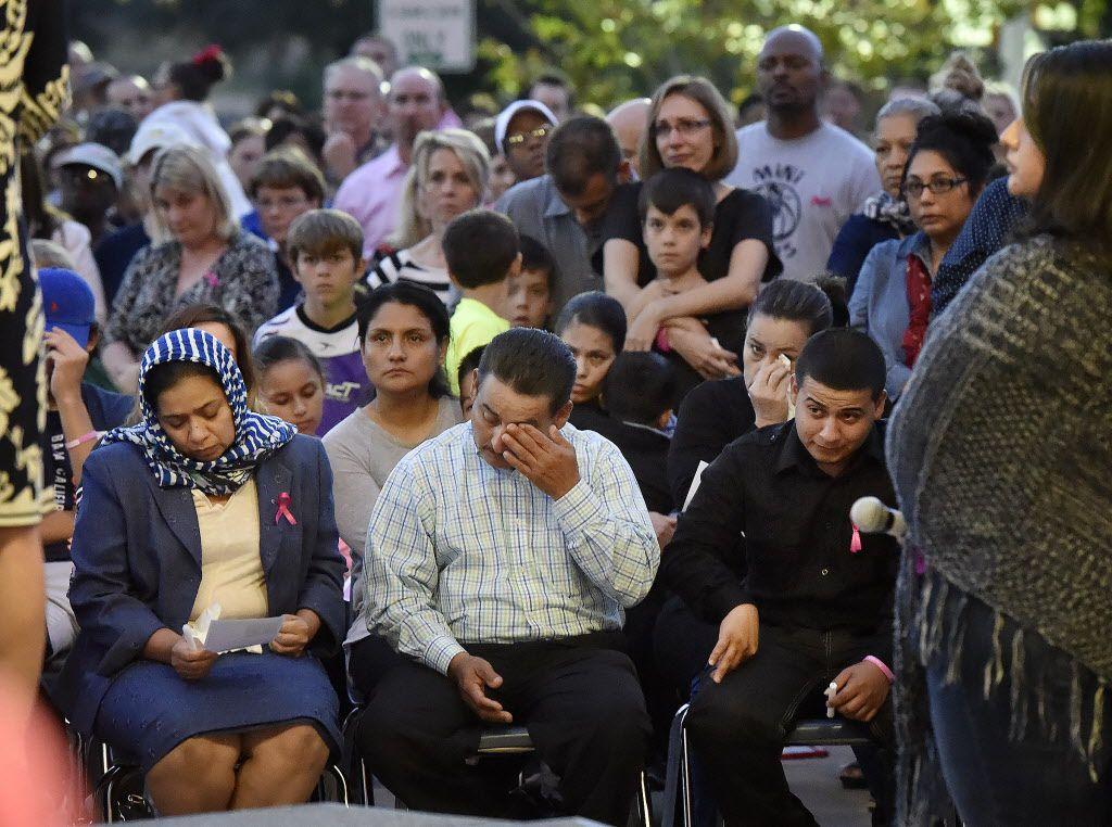 Efrain Gomez, centro, se limpia los ojos, mientras está sentado junto a su esposa Balvina, durante la vigilia por su hija Kayla  Gomez – Orosco. Andrew D. Brosig/TYLER MORNING TELEGRAPH