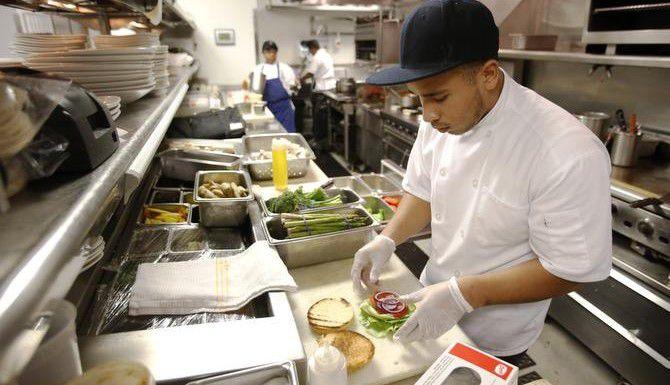 Cris Ayala, un estudiante de El Centro College que aspira a ser chef, trabaja en la cocina del Hotel W de Dallas. (DMN/VERNON BRYANT)