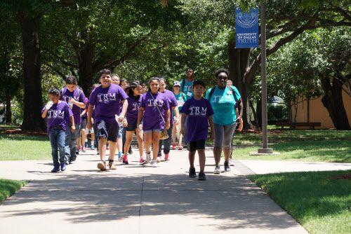 Estudiantes de Trinity River Mission durante un paseo en la Universidad de Dallas en Irving. (Lawrence Jenkins/Especial para DMN)