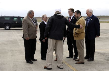 EL vicegobernador de Texas Dan Patrick recibió al presidente Donald Trump en el Aeropuerto Internacional de McAllen, Texas. AP