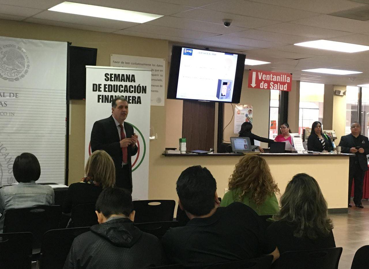 El director general de finanzas del Instituto para la Protección del Ahorro Bancario (IPAB), Gabriel Ángel Limón González, habla sobre la importancia de los ahorros durante la Semana de Educación Financiera 2016 en el consulado mexicano de Dallas.  (KARINA RAMÍREZ/AL DÍA)