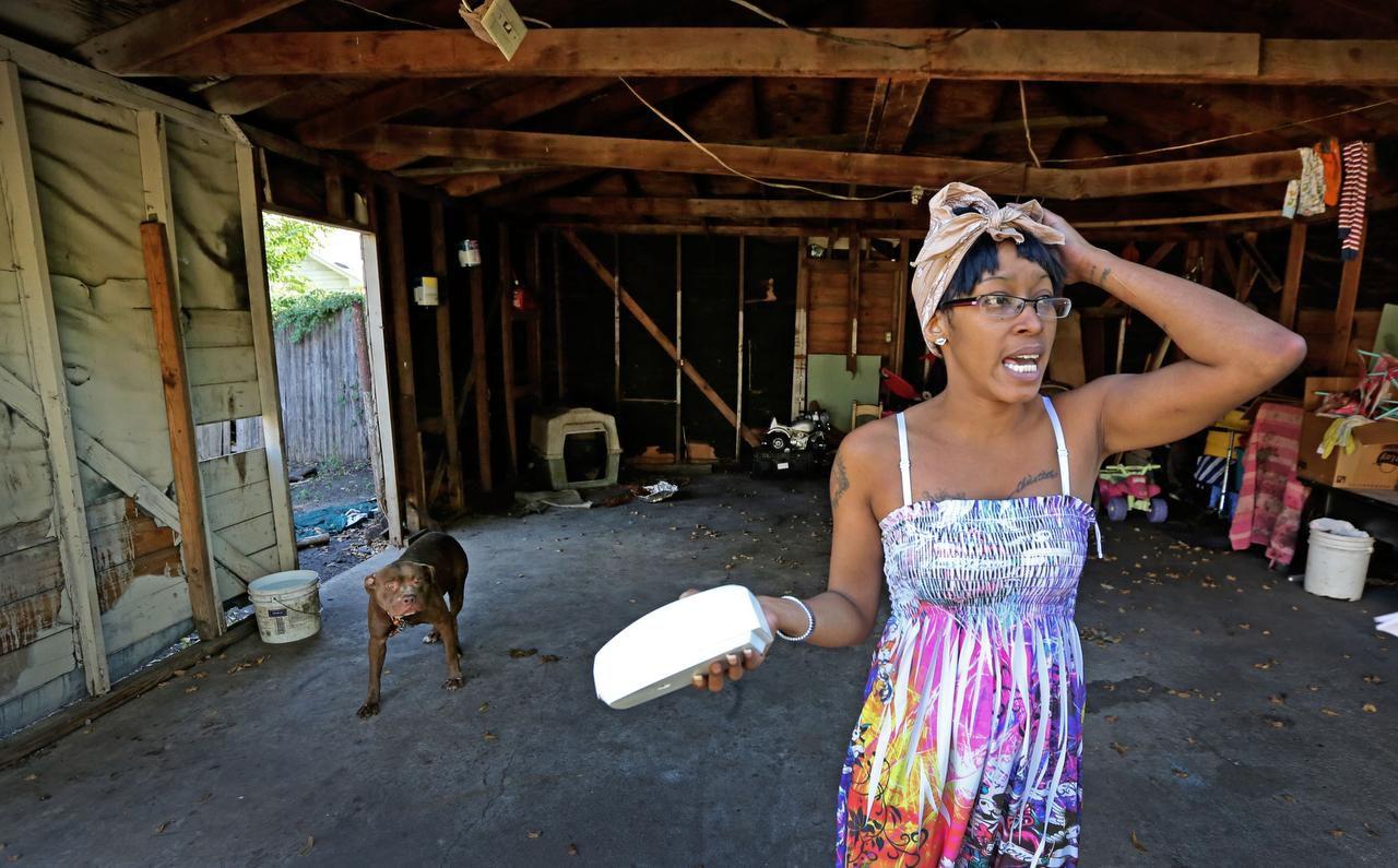 Lacye Crow debió reparar el techo del garage de la casa que renta de la familia Topletz. (DMN/LOUIS DeLUCA)
