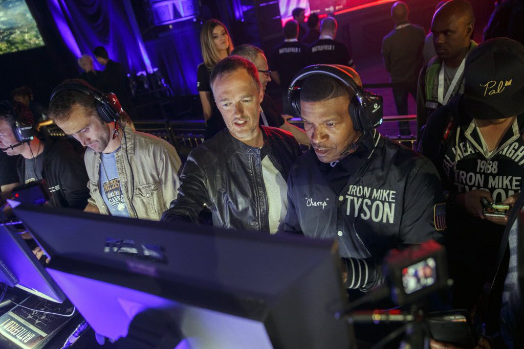 Actor Jamie Foxx, second right, plays the Battlefield 1 video game during an Electronic Arts Inc. (EA) event ahead of the E3 Electronic Entertainment Expo in Los Angeles, California, U.S., on Sunday, June 12, 2016.