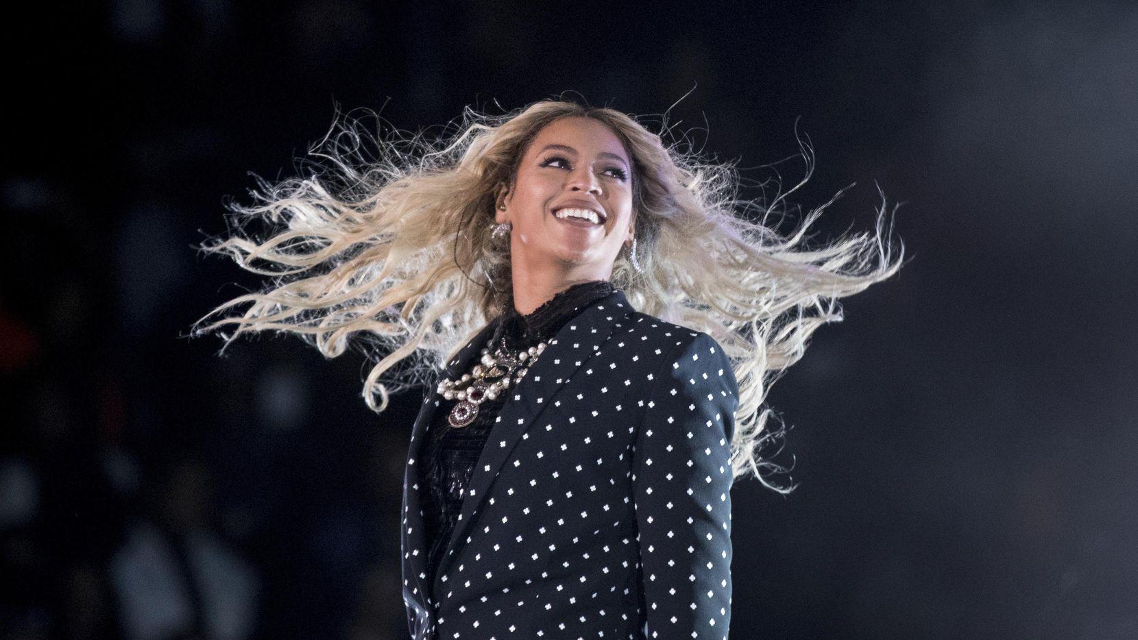Foto de archivo, 4 de noviembre de 2016, de Beyonce actuando en un concierto por la campaña electoral de la demócrata Hillary Clinton en Cleveland. Beyonce, Blake Shelton, Barbra Streisand y Oprah Winfrey encabezarán una teletón para reunir fondos para las víctimas de Harvey el 12 de septiembre de 2017, que será transmitida en simultáneo por las cadenas ABC, CBS, NBC, Fox y CMT.(AP)