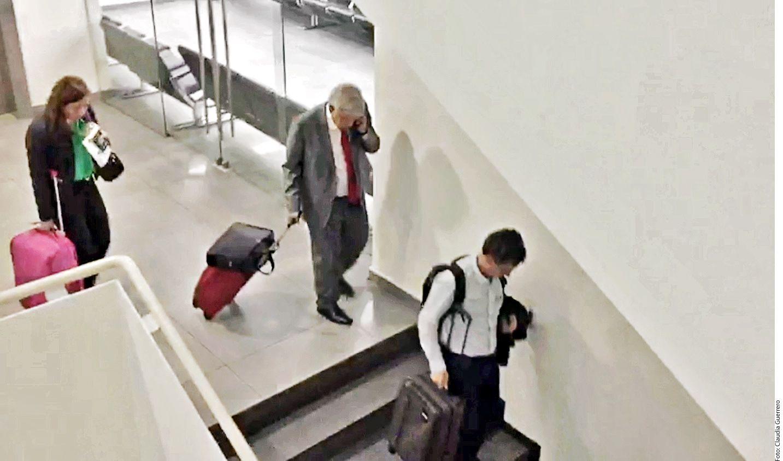 En el trayecto por el Aeropuerto Internacional de la Ciudad de México cargó su propia maleta y portafolio./ En el trayecto por el Aeropuerto Internacional de la Ciudad de México cargó su propia maleta y portafolio.AGENCIA REFORMA