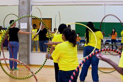 Niñas de Girls Inc. participan en una actividad física durante un campamento de verano. (DMN)