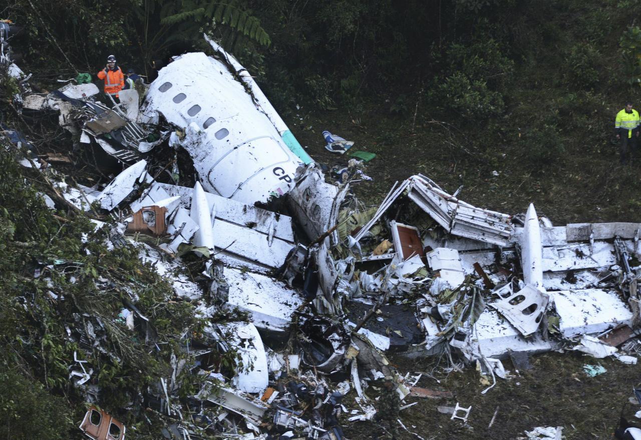 Restos del avión accidentado en una montaña cercana a Medellín, Colombia(AP)