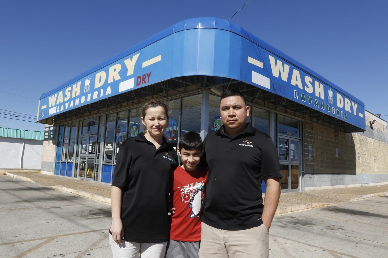 """Juan Reyes (der) su esposa Erika y su hijo Emiliano, decidieron cerrar el negocio familiar, Reyes Laundry, en apoyo de un """"Un día sin inmigrantes"""", el jueves. (BENJAMIN ROBINSON/ DMN/Benjamin Robinson)"""