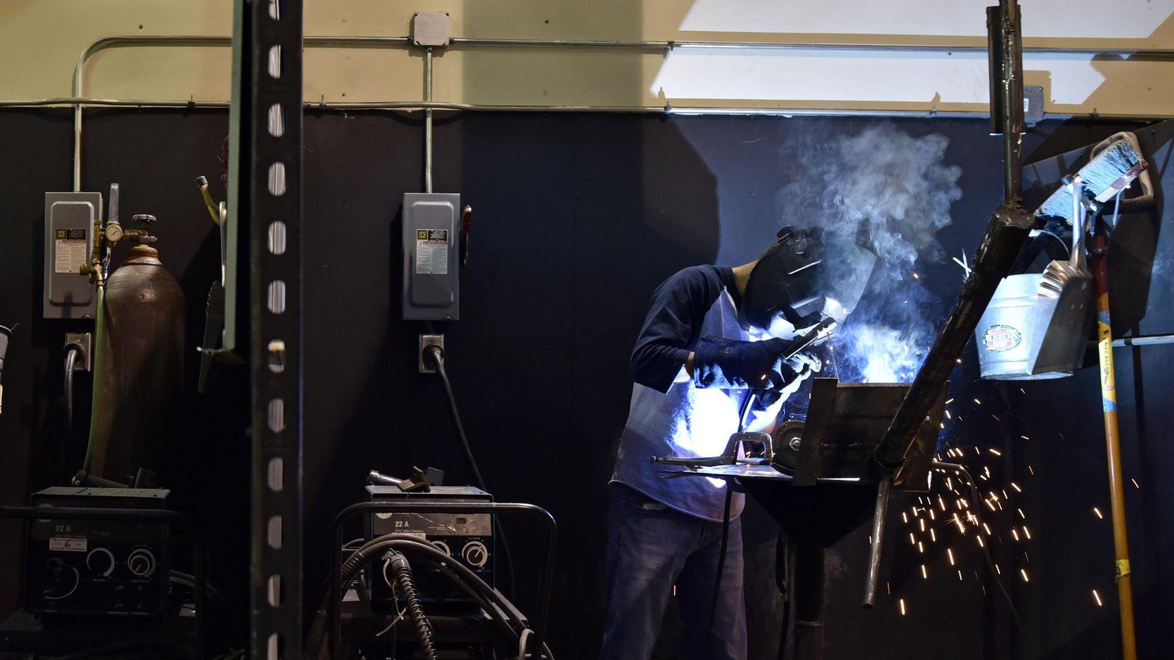 César Lindero, de 19 años, trabaja en un proyecto de soldadura en North Lake College. (ESPECIAL PARA AL DÍA/BEN TORRES)