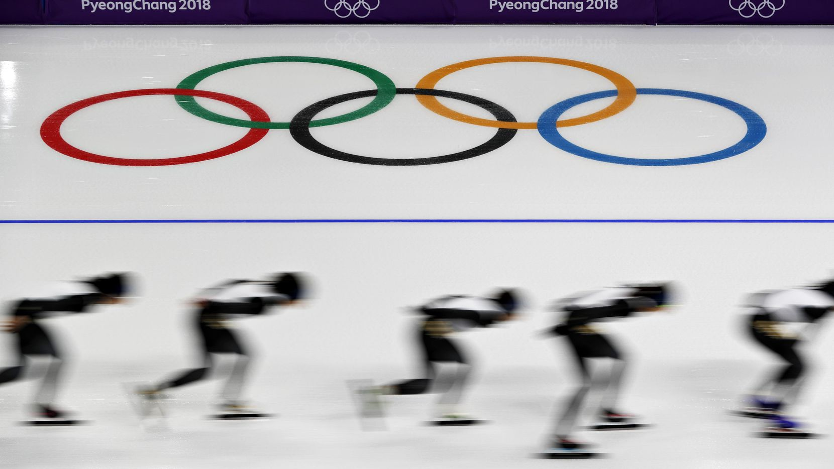 Patinadores de varios países practican en la pista de velocidad previo a las Olimpiadas de PyeongChang, en Corea del Sur.(AP)