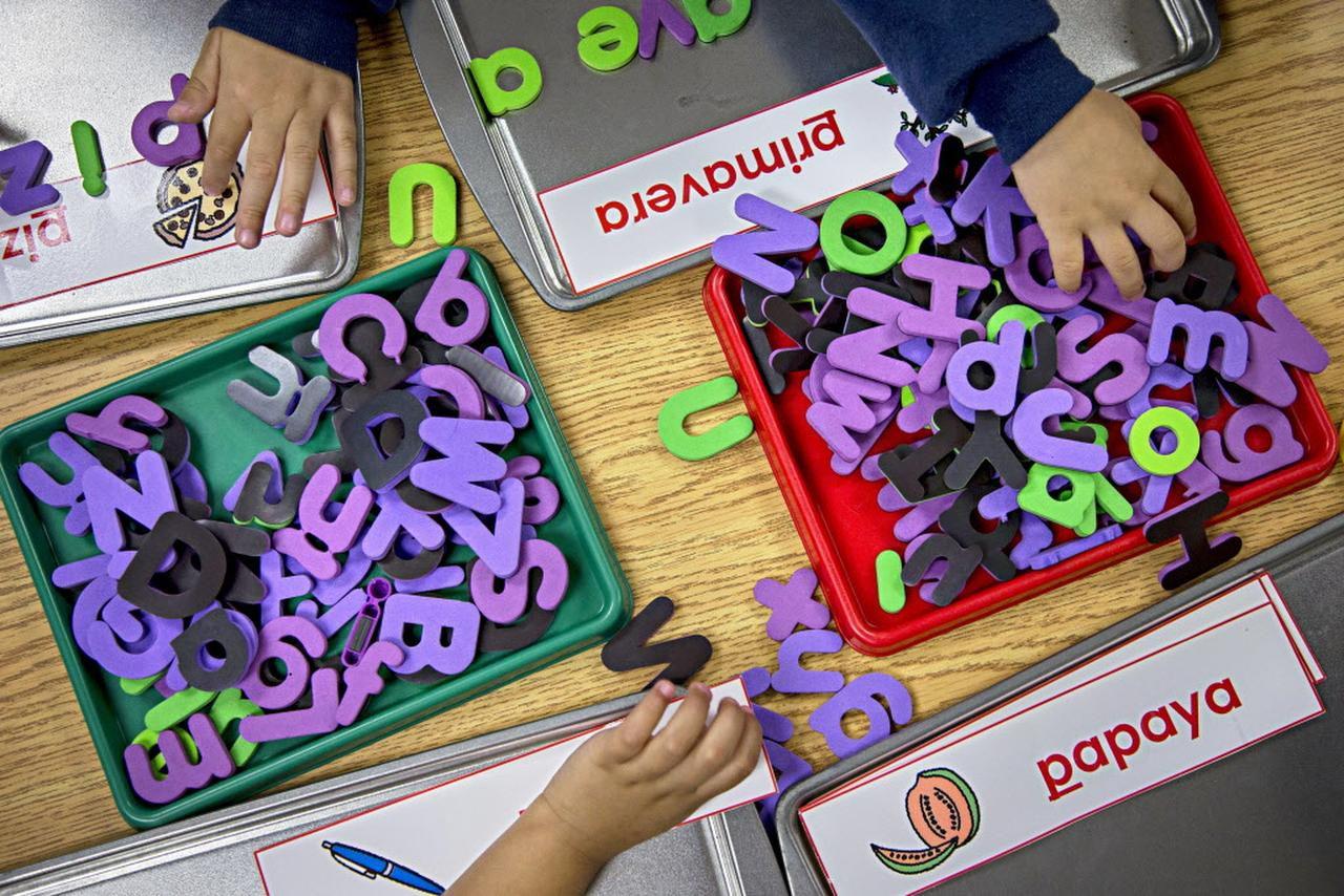 Tarjetas de memoria magnéticas con señales de pronunciación en la pared son usadas en el centro de dislexia en el Hospital Escocés de Texas. Foto: Nathan Hunsinger / The Dallas Morning News