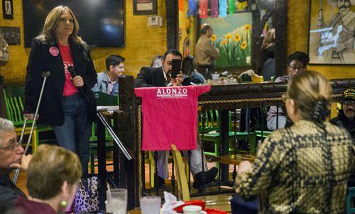 Sylvana Alonzo, candidata del Distrito 1 del Ayuntamiento de Dallas, hará parte del bingo con votantes este lunes 18 de marzo. Foto: Daniel Carde / The Dallas Morning News