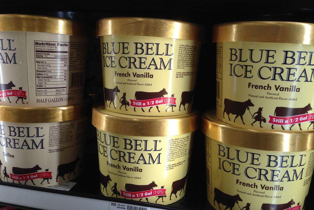 """En el clip de nueve segundos de duración, publicado en Twitter el sábado, se aprecia a una mujer lamiendo un helado Tin Roof en el pasillo de congeladores de la tienda mientras alguien fuera de cámara la llama """"sucia"""" y le dice que lo vuelva a poner en el congelador. / AP"""