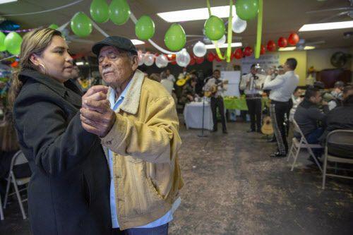 Claudia Cabrera, 41 (izquierda) baila con su suegro Antonio Quevedo después de haber llegado de Morelos, México, durante un evento de reunificación familiar en Mesquite, el 3 de marzo, 2019. (Por Allison Slomowitz/ Especial para DMN)
