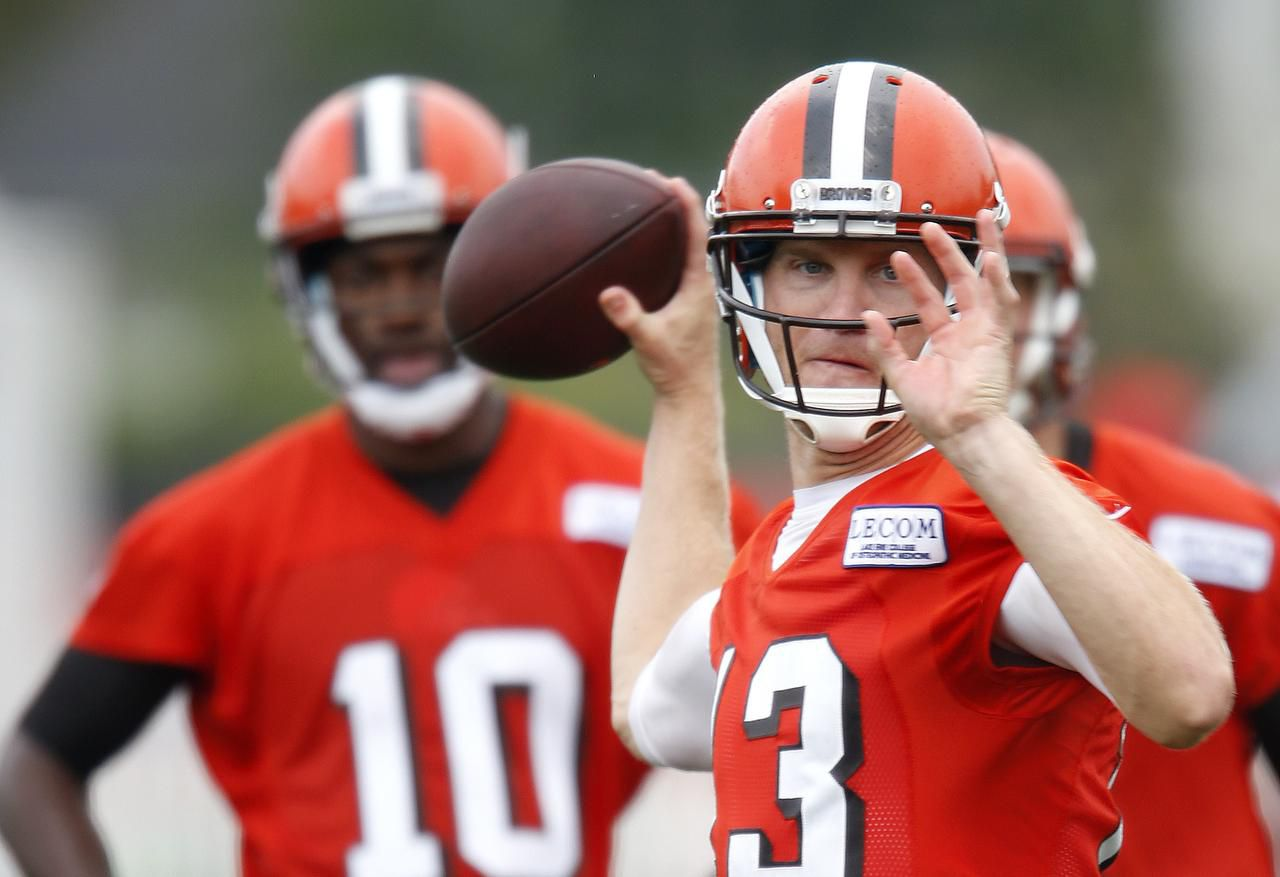Josh McCown (13) durante un entrenamiento con los Browns la semana pasada en Berea, Ohio. (AP/RON SCHWANE)