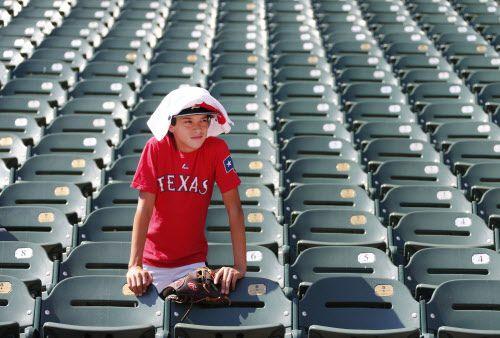 Aficionados de los Rangers soportaron temperaturas de 91°F en el Globe Life Park.