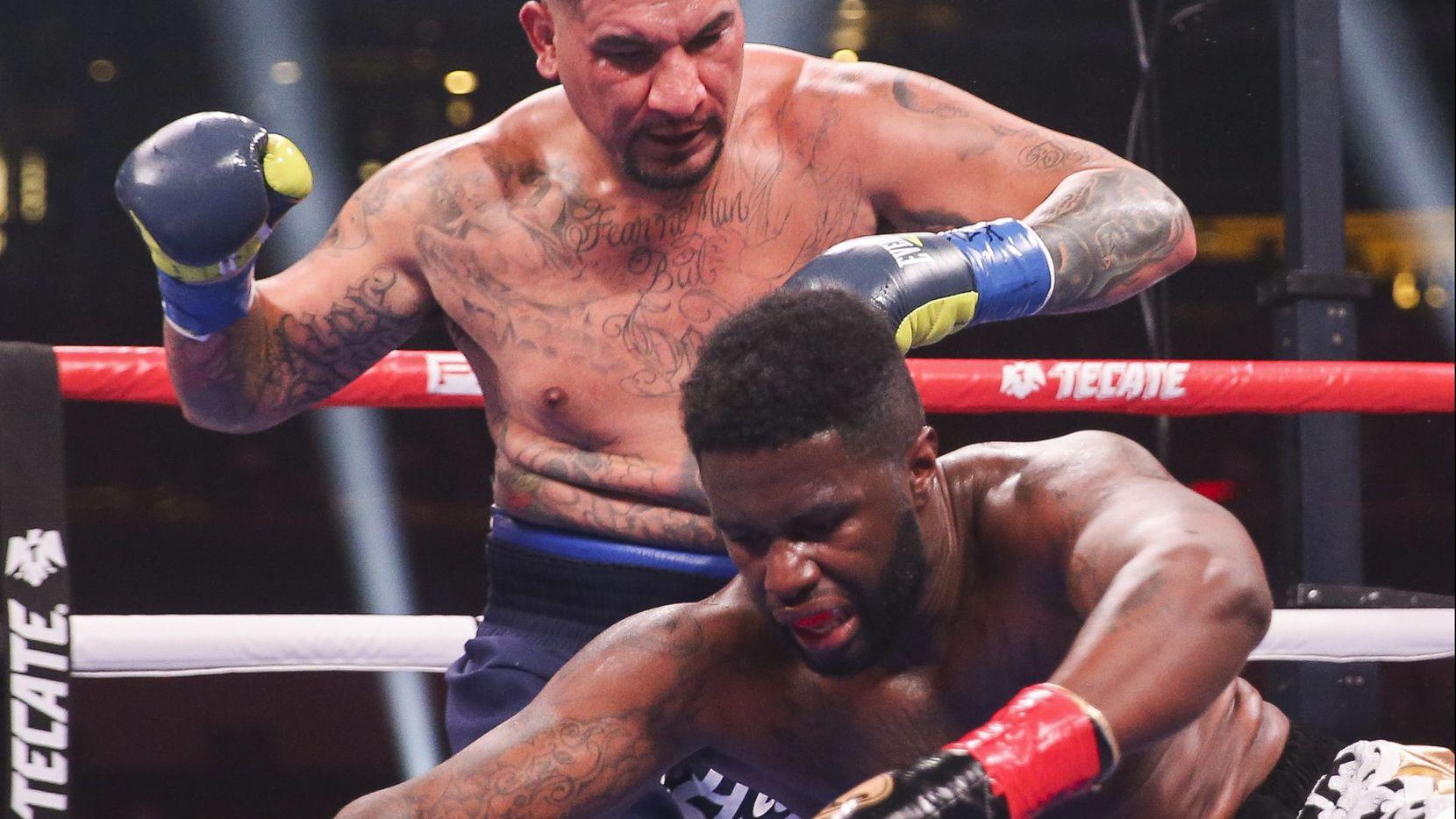 Jean Pierre Augustin es noqueado por Chris Arreola en combate de peso pesado en el AT&T Stadium en Arlington, Texas. (Ryan Michalesko/The Dallas Morning News)