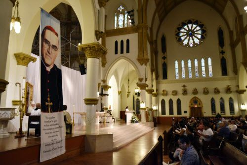 Más de 300 personas asistieron a la misa conmemorativa del natalicio de monseñor Oscar Romero.