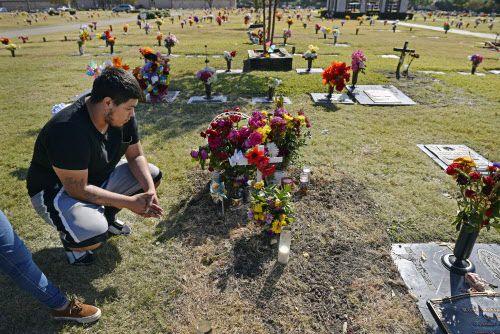 Gerson Reyes, de 21 años, visita la tumba de su amigo Alfredo García, quien falleció hace poco en un accidente de tránsito. BEN TORRES/AL DÍA