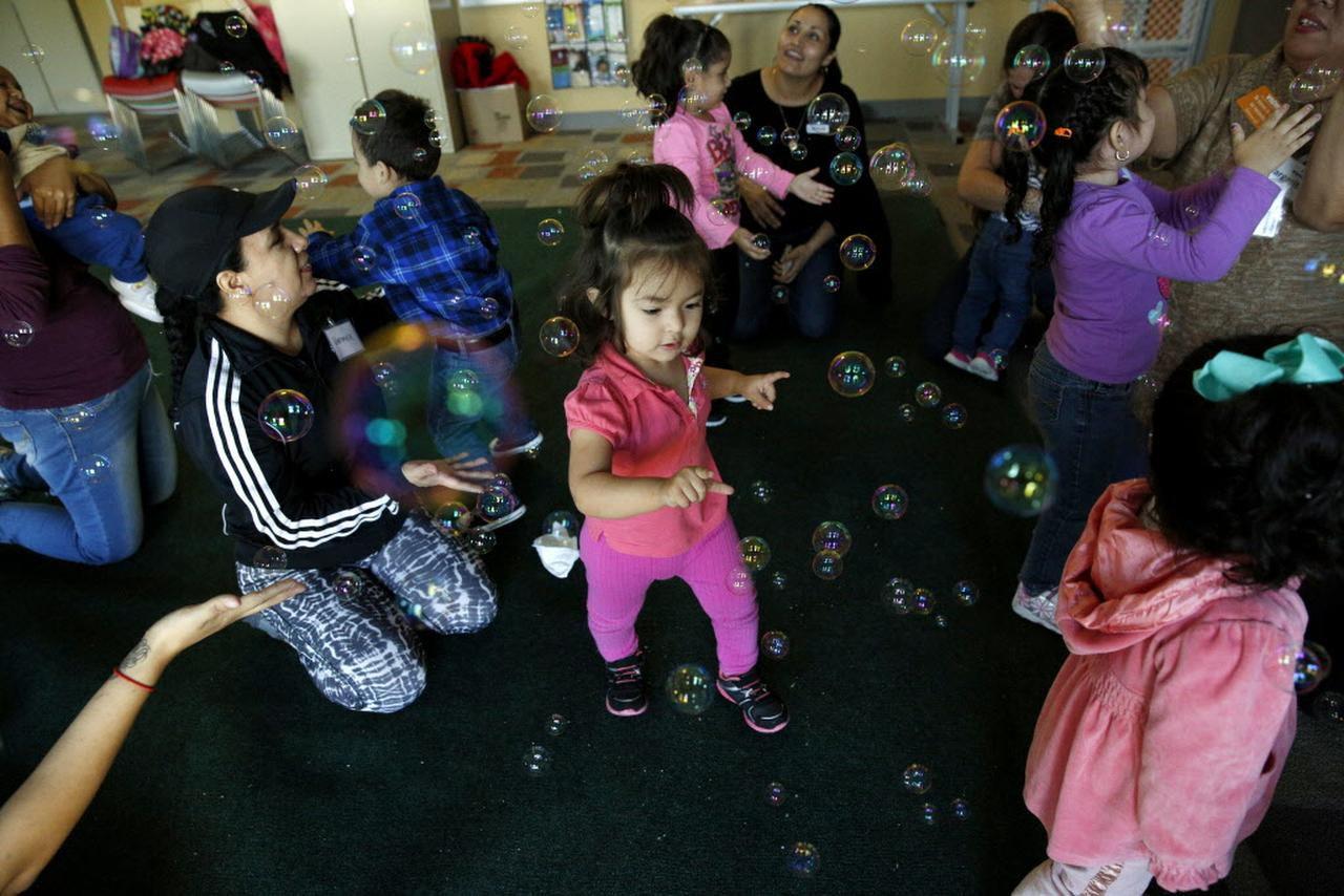 Melany Romero (en el centro) juega con burbujas en una sesión de Juega Conmigo. (ARCHIVO DMN/ROSE BACA)