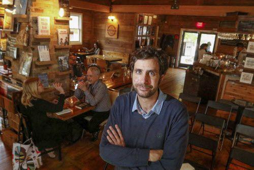 Javier García del Moral Díaz, dueño de The Wild Detectives, una liberaría-café que se ha convertido en un espacio cultural en Oak Cliff. RON BASELICE/DMN
