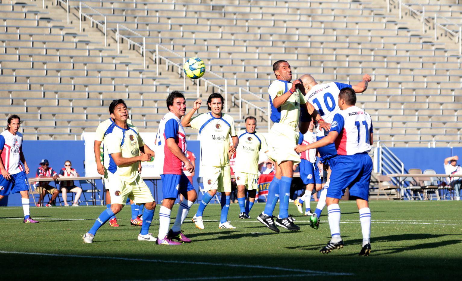 Luis Hernández anotó el gol del triunfo del América sobre Chivas en el Clásico de Leyendas en el Cotton -Bowl de Dallas. Foto MARÍA OLIVAS/ESPECIAL PARA AL DÍA