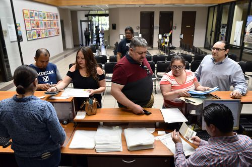 Ester Maya, segunda desde la derecha, se prepara para tramitar su credencial electoral en el Consulado de México. El sábado fue el último día para tramitar este documento para poder participar en las elecciones.(Por BEN TORRES/AL DÍA)