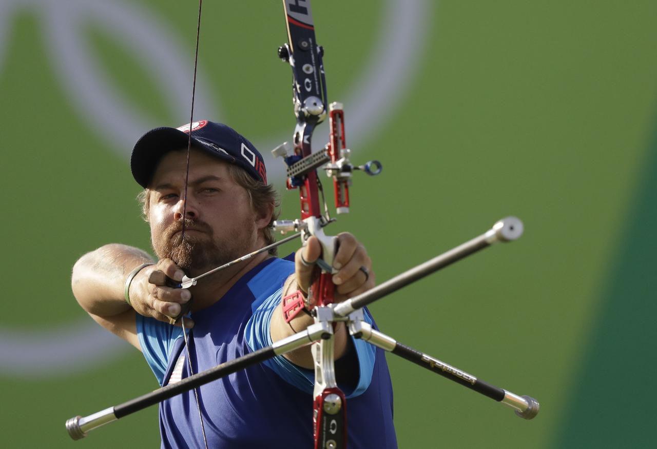 El estadounidense Brady Ellison durante una prueba de arco en Rio 2016. (AP/NATACHA PISARENKO)