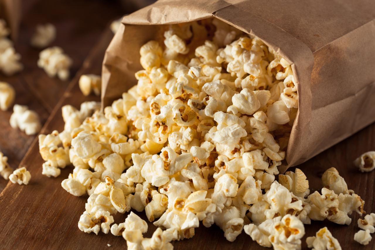 Una ración personal de palomitas de maíz con poca sal y sin ingredientes de grasa como queso o mantequilla es una de las botanas más saludables de cualquier temporada.(iSTOCK)
