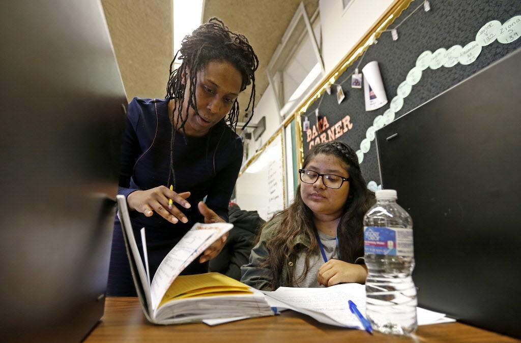 La maestra Stephanie Gossett ayuda a Mabel Luna a estudiar un examen. El 100% de los estudiantes de la preparatoria Samuell firmaron su compromiso para estudiar en uno de los colegios comunitarios del área. JAE S. LEE/DMN