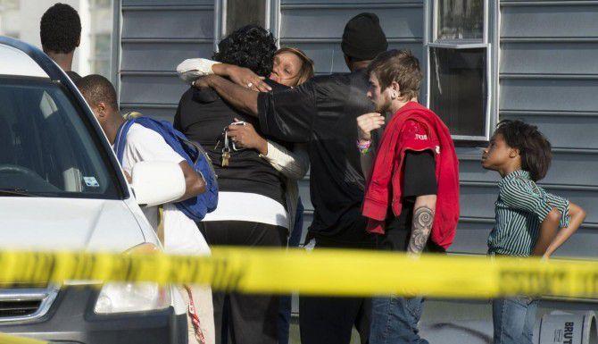 Conocidos lamentan la muerte de ocho personas, un padre y siete niños que fallecieron a causa de envenenamiento por monóxido de carbono en Princess Anne, Maryland. (AP/JOE LAMBERTI)