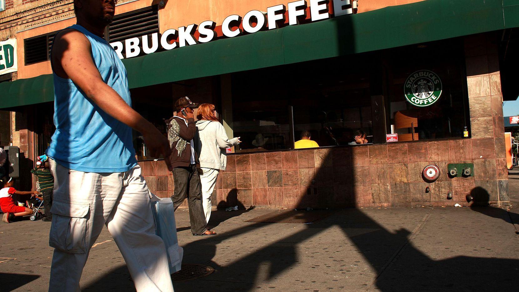 Una persona camina por enfrente de una tienda de Starbucks en Nueva York.(GETTY IMAGES)